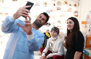 Fenerbahçeli futbolcular Volkan Demirel ve Valbuena, Okmeydanı Eğitim ve Araştırma Hastanesi hematoloji ve onkoloji bölümlerinde tedavi gören çocukları ziyaret etti.