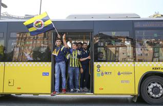 Sarı-lacivertli taraftarlar, Süper Lig'in 9. haftasında Galatasaray ile Fenerbahçe arasında oynanacak karşılaşmada takımlarını desteklemek için Ülker Stadı önünde toplanarak otobüslerle Türk Telekom Stadı'na gitti.