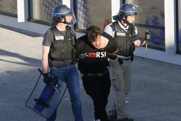 Lyon - Beşiktaş karşılaşması öncesi Fransız polisi, Lyon Stadı'na yürüyen bir grup Beşiktaş taraftarına biber gazı ile müdahale etti