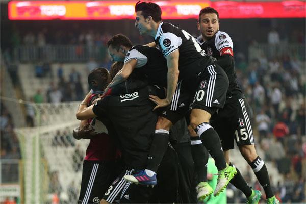Spor Toto Süper Lig'in 31. haftasında Bursaspor'u deplasmanda 2-0 mağlup eden lider Beşiktaş, zorlu şampiyonluk mücadelesini sürdürüyor.