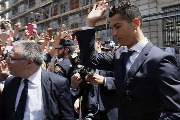 İspanyol maliyesinin, imaj gelirlerinden vergi kaçırdığı iddiasıyla Real Madrid'in Portekizli futbolcusu Cristiano Ronaldo hakkında savcılığa suç duyurusunda bulunduğu öne sürüldü.