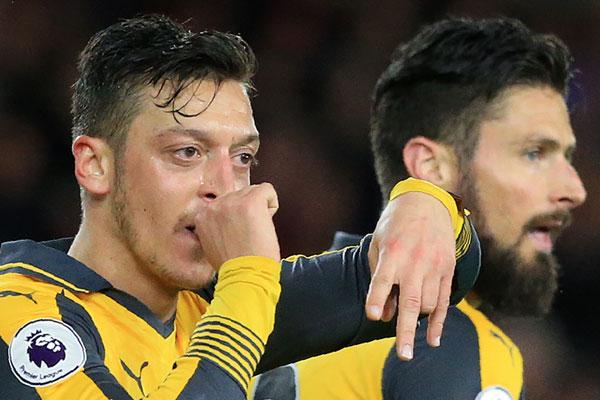 Arsenal'ın 10 numarası Mesut Özil, Londra'daki yaşamını ve eleştiriler karşısında duruşunu anlatıp, Fenerbahçe dedikodularına yanıt verdi.