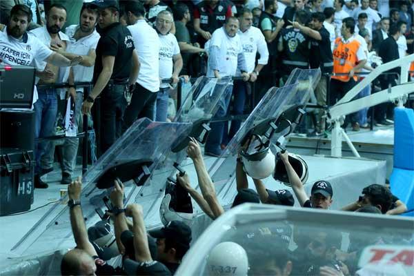 Spor Toto Basketbol Süper Ligi play-off final serisi üçüncü maçında Beşiktaş Sompo Japan ile Fenerbahçe, BJK Akatlar Arena'da karşılaştı.Maç sırasında sahaya atılan yabancı maddeler ve kötü tezehürat sebebiyle seyirciler salon dışına çıkarıldı.