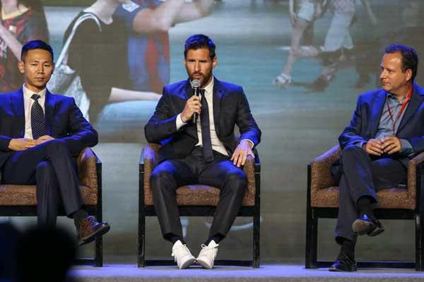 Barcelona Lionel Messi'nin kontratını 3 yıl daha uzatmak için yıldız oyuncu ile anlaşmaya vardı