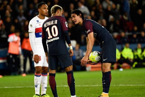 Neymar ile Cavani, Lyon maçında kazanılan penaltı vuruşunda topun başına kimin geçeceği konusunda anlaşmazlık yaşamıştı.