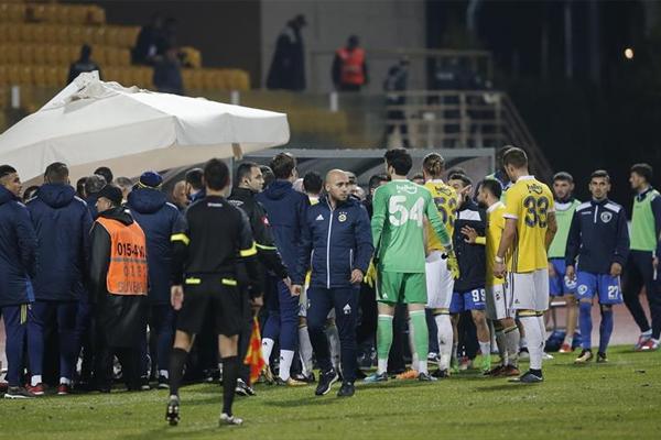 Fenerbahçe, hazırlık maçında Arnavutluk temsilcisi Kukesi takımı ile Antalya'nın Serik ilçesine bağlı Belek Turizm Merkezi'nde sarı-lacivertli ekibin kamp yaptığı otelin sahasında karşı karşıya geldi. Karşılaşmada oyuncular arasında gerginlik çıktı.