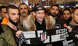 Beşiktaş'ın Ukrayna ekibi Dinamo Kiev'den transfer ettiği Hırvat futbolcu Domagoj Vida, İstanbul'a geldi.