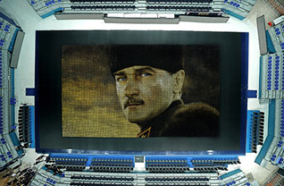 Fenerbahçe, 19 Mayıs Atatürk'ü Anma, Gençlik ve Spor Bayramı'na özel olarak bir projeye imza attı. Sarı lacivertli kulüp bünyesindeki Fenerbahçe Çocuk ve Gençlik Kulübü ve Humanpix Topluluğu, 60.000 adet renkli bardak ile 28 metreye 15 metre boyutlarında Ulu Önder Mustafa Kemal Atatürk'ün bu portresini oluşturuldu.