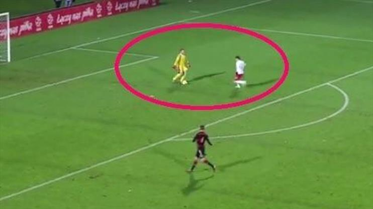 Kaleci değil Messi sanki