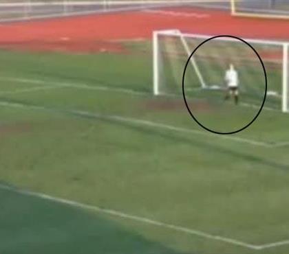 Dünyanın en tuhaf penaltı golü! Kaleci hala şokta