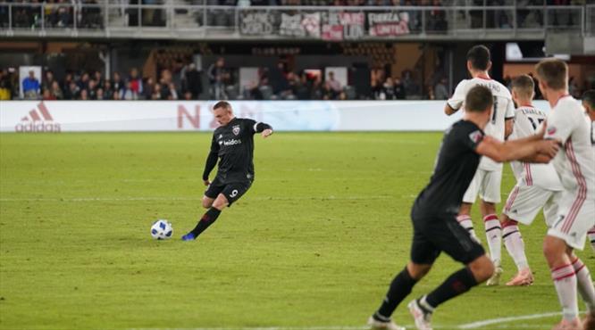 Rooney gözlerin pasını sildi! Harika frikik