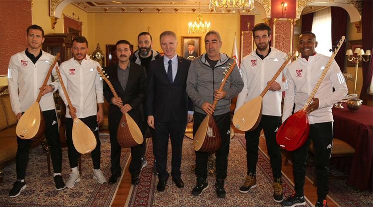 Vali Gül'den Aybaba ve oyunculara bağlama
