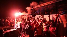 Şampiyon İstanbul'da meşalelerle karşılandı