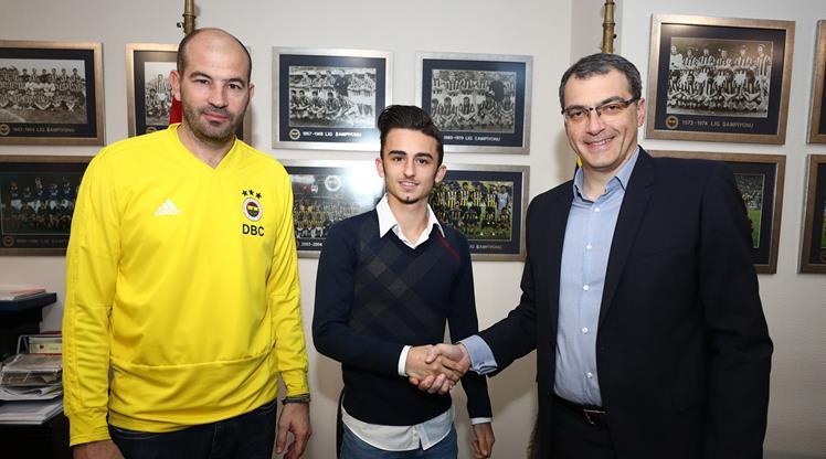 Fenerbahçe genç oyuncuyla imzaladı