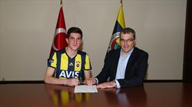 Fenerbahçe bir gençle daha imzaladı!