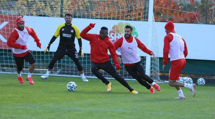 DG Sivasspor'da 2 futbolcunun Kovid-19 testi pozitif