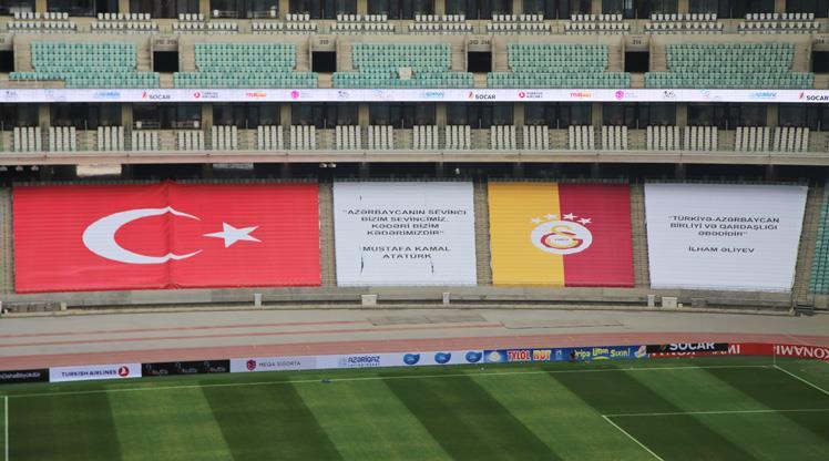 """Bakü Olimpiyat Stadı'nda """"kardeşlik"""" pankartları"""