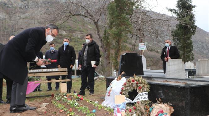 Bakan Kasapoğlu'ndan Özkan Sümer'in kabrine ziyaret